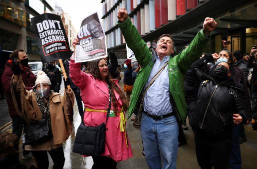 Gente celebrando que Assange no será estraditado.