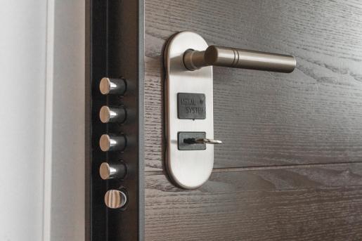 El cerrajero logró abrir la puerta, y fue cuando le dio un resguardo con el coste: 1.077,29 euros.