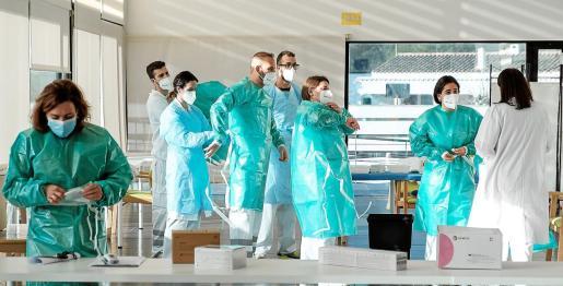 Crescencio Aranda Aguilera de 88 años, usuario de la residencia Sa Serra, y Juan Jesús Rovira Caballero, psicólogo del centro, han sido las primeras personas en ser vacunados contra la COVID-19 en Ibiza.