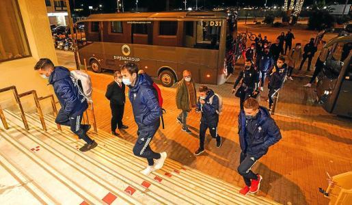 Un instante de la llegada del Celta de Vigo al hotel Royal Plaza, anoche.