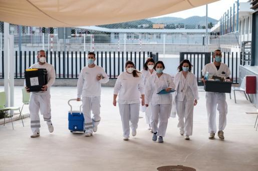 Personal sanitario llega con la vacuna contra la COVID-19 a la residencia Sa Serra.