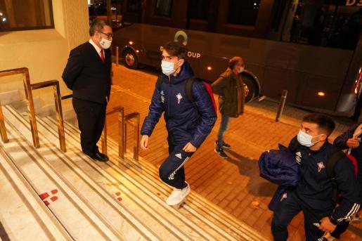 Denis Suárez sube por las escaleras del hotel Royal Plaza.