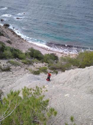 Efectivos del Grupo de Rescate Vertical (GRV) de los bomberos de Ibiza rescataron la tarde del lunes a un joven de unos 30 años.