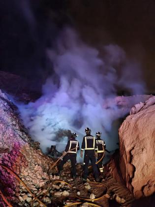 Los bomberos extinguen un incencio en Cala Tarida.