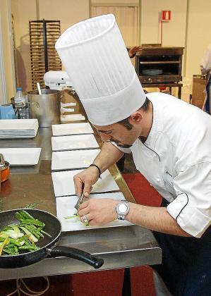 Los jóvenes de Baleares se incorporan rápidamente al mercado laboral por la amplia demanda del sector de turismo y servicios.