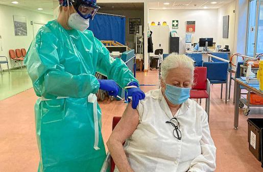 La enfermera Marta Martínez, administrando la vacuna a Marcelle Lang Fernández, de 76 años y usuaria de Can Blai.