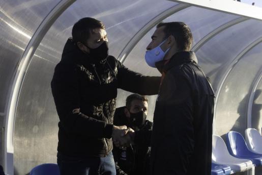 Coudet y Carcedo se saludan antes del partido.
