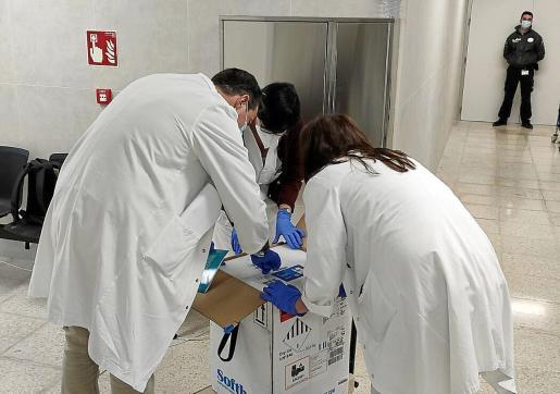 La segunda remesa de 975 vacunas de Pzifer llegó este martes día 5 a Ibiza.