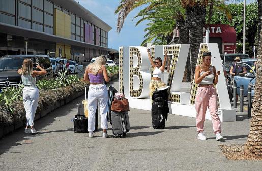 Imagen de archivo de turistas este verano en el aeropuerto haciéndose fotos con el nombre 'Ibiza'.