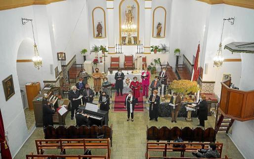 En el concierto participaron la violinista Laura Boned, el párroco Vicent Tur Palau y miembros de grupos corales del municipio.