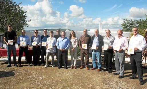 Los once pioneros. Así los definió el vicepresidente segundo del Consell, Antoni Marí, 'Carraca', cuando posaron para esta foto los dueños de los restaurantes participantes en la iniciativa.
