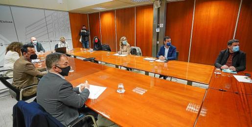 Vicent Marí presidió junto a la delegada del Gobierno la reunión con alcaldes y Govern.