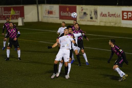 Antonio, en primer término, pelea por un balón aéreo junto a un jugador del Sabadell.