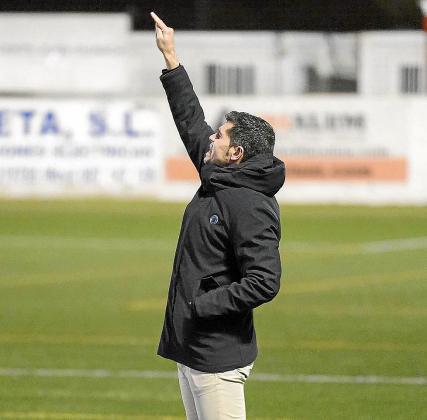 Antonio Hidalgo da instrucciones a sus jugadores durante el partido.