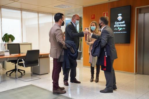 El presidente del Consell, Vicent Marí, saluda al alcalde de Sant Josep.