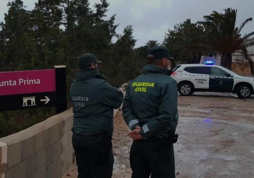 Dos agentes de la Guardia Civil en la zona donde se celebró la fiesta.