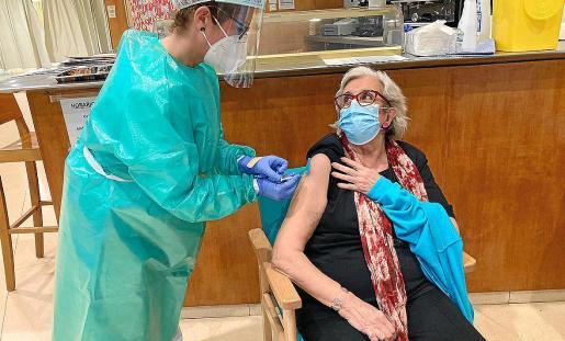 La enfermera del dispositivo de vacunación, Encarnación Medina García, administra la vacuna a Carmen Valiente Soler usuaria de la Residencia Cas Serres, de 78 años.