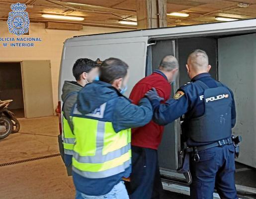 Agentes de la Policía Nacional de la comisaría de Ibiza durante el traslado del detenido por el robo.