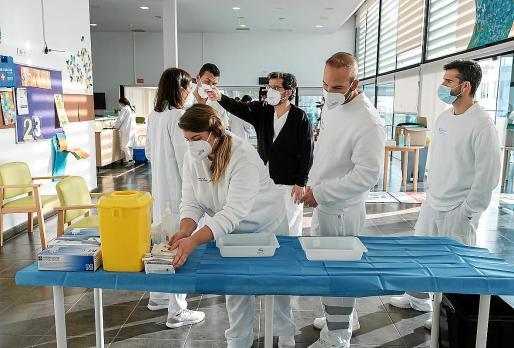Actualmente hay 25 sanitarios vacunando en Ibiza, que se organizan en equipos de siete personas.