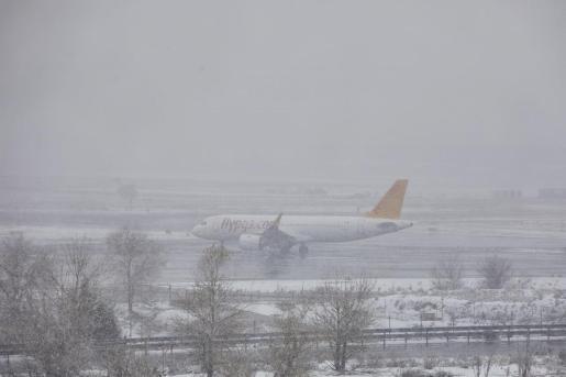 Un avión de la compañía Flypgs en el Aeropuerto de Madrid-Barajas Adolfo Suárez, en Madrid (España), a 8 de enero de 2021.