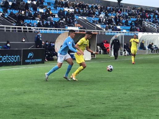 Castel presiona a un jugador del Villarreal B.