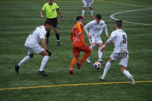 Una acción del partido Atzeneta-Peña Deportiva.