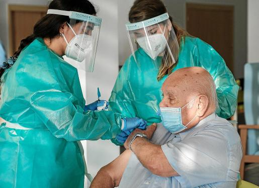 Dos sanitarias durante la vacunación iniciada el lunes en la residenacia Sa Serra.