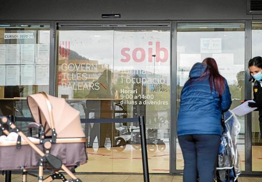 En las colas del SEPE en Ibiza las principales queja es por la gestión del servicio y el retraso en los pagos.