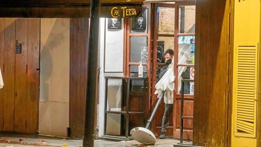Los establecimientos de hostelería deberán inhabilitar el interior y el exterior y solo podrán servir comida para llevar desde la puerta.