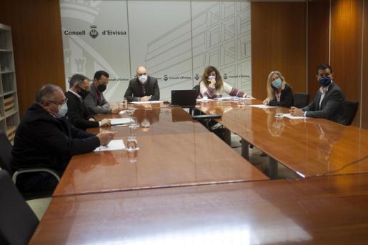 El presidente del Consell, Vicent Marí, la consellera de Presidencia, Pilar Costa, y los cinco alcaldes de la isla, ayer, durante la reunión por videoconferencia con la presidenta del Govern, Francina Armengol.