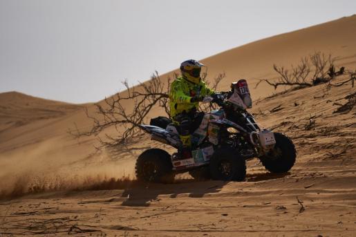 El piloto ibicenco Toni Vingut conduce su cuadricilo durante una de las etapas del Rally Dakar.