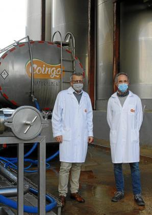 Santi Tadeo y Fernando Rita, en las instalaciones de Coinga, en Alaior.