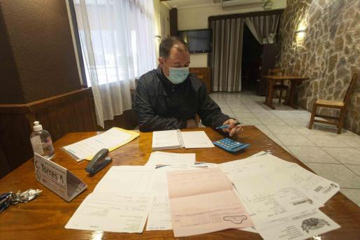 Miquel Tur, vicepresdente de Restauración, ayer en su negocio rodeado de documentación para tramitar