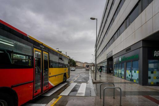 Un autobúles llegando a una de las paradas adyacentes al CETIS.