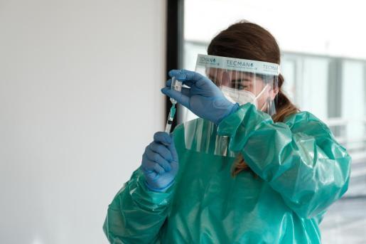 Personal sanitario de Ibiza se dispone a aplicar una vacuna del coronavirus.