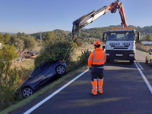 Hasta el punto del siniestro también se desplazó un equipo de auxilio en carreteras de Grúas Ibiza para extraer el vehículo accidentado.