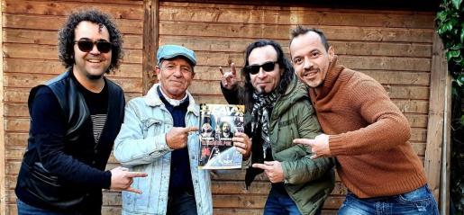 El cuarteto Somosuno, en una imagen promocional posando con la revista LaHeavy en la que aparecen.
