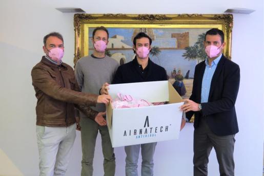 Un momento del acto de donación de mascarillas.