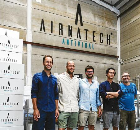 Los creadores de la empresa Airnatech posan en la nave que tienen en Castellón de la Plana.