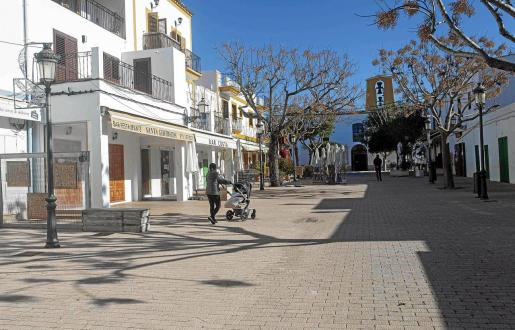 La plaza de Santa Gertrudis, ayer por la mañana, vacía de sus habituales terrazas.