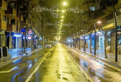 Una calle de la ciudad de Ibiza tras el toque de queda a las 22 horas.