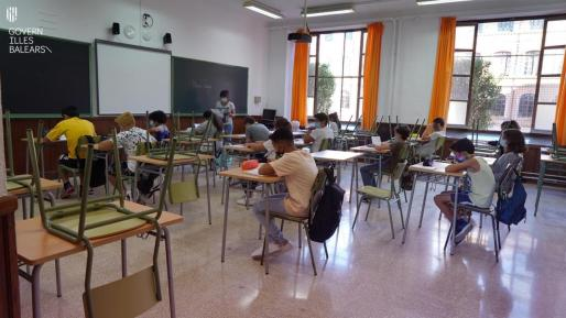 Alumnos en el IES Ramon Llull en el primer día de clases del curso.