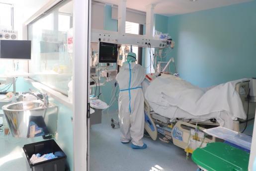 En los hospitales de las Islas hay 368 personas ingresadas en planta (ocho más que en las últimas 24 horas) y 120 en UCI (cuatro más que este jueves)