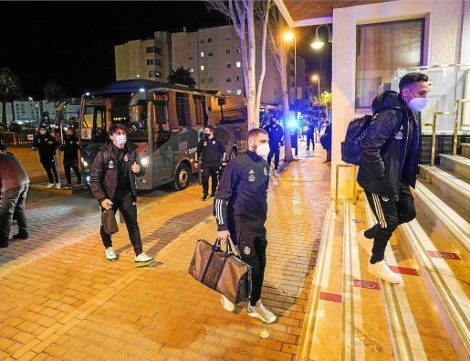 El internacional chileno Fabián Orellana, en las escaleras, accede al hotel Royal Plaza poco después de aterrizar el equipo vallisoletano en Ibiza.