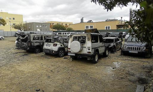 Grupo de vehículos calcinados en el interior de un recinto de Cas Serres, en Vila.