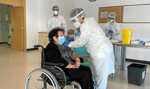 Ayer comenzó la vacunación en Formentera, donde se vacunaron 108 personas entre profesionales y usuarios.