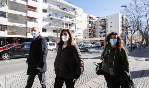 Vicent Marí, Francina Armengol y Pilar Costa dirigiéndose ayer al pabellón de es Pratet.