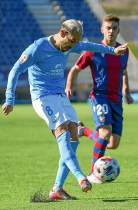 Manu Molina, centrocampista de la UD Ibiza, golpea el balón ante la mirada de Soberón, del Atlético Levante.