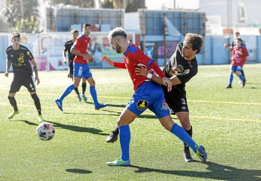 David Colomer, del Portmany, intenta escaparse de la marca de Jaume Villar, del CD Ibiza, en un lance del partido de ayer.
