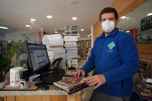 Pedro González, uno de los impulsores de la librería Sa Cultural de la ciudad de Ibiza junto a Montse Grueso y Fernando Pazos, preparando una tirada de libros para vender a través de Internet.